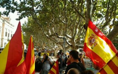 Agresiones verbales a catalanes que defienden la unidad de España ante el Parlamento catalán