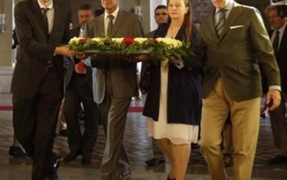 Ofrenda floral de Sociedad Civil Catalana ante la tumba de Rafael Casanova con víctimas