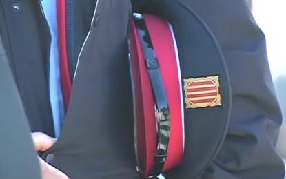 Policías separatistas catalanas de Carme Forcadell registrando a ciudadanos en la gigaencuesta del 9-N