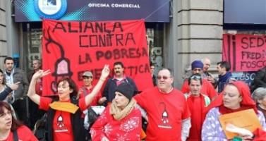 Simpatizantes de 'Alianza contra la Pobreza energética' durante una manifestación ante una sede de Endesa / Foto archivo