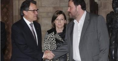 Artur Mas y el lider de (ERC), Oriol Junqueras, se estrechan la mano ante la mirada de la presidenta de (ANC), Carme Forcadell / foto AFP