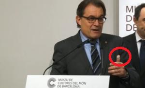 Artur Mas, herido en el dedo pulgar izquierdo, durante su discurso en el museo