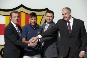 expresidente de FC Barcelona, Sandro Rosell; futbolista brasileño, Neymar; actual presidente de FC Barcelona,Josep María Bartomeu; y el dimitido ex director deportivo,  Andoni Zubizarreta / C. Press