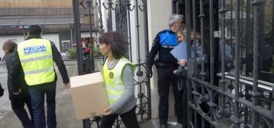 Agentes del Cuerpo de policía regional con cajas saliendo y entrando en el ayuntamiento de Sabadell del exalcalde 'CAPO' de la trama corrupta / foto J. Garcia