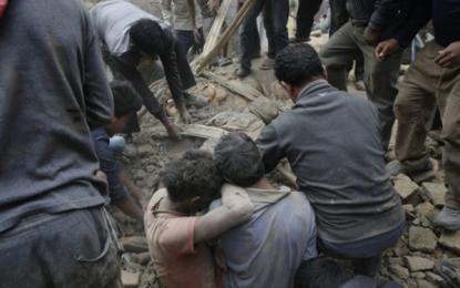 Más de 1.000 muertos en 'devastador' terremoto de 7,8 grados en Nepal, Asia Meridional