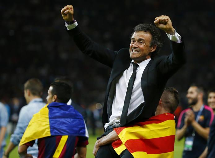 Pedro celebra el triplete del club separatista catalán con la bandera de Canarias