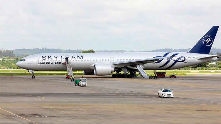 El boeing 777 de Air France en el que se a encontrado la bomba. Foto Reuters.
