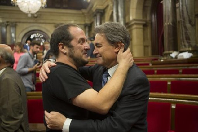 """JxSí y CUP fijan un preacuerdo con """"Banco público catalán y ruptura"""" con España antes el 21-D"""