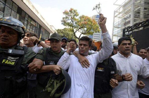 El opositor venezolano Leopoldo López sale de la cárcel en Venezuela