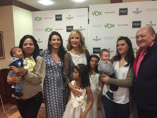 VOX hace entrega de un cheque a Fundación Madrina recaudado en el desfile benéfico