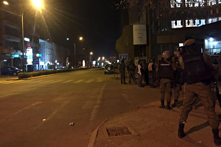Agentes de seguridad durante el asalto. Foto Reuters