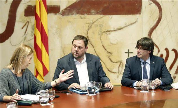 Puigdemont pide la complicidad de CUP para aplicar los duros recortes a los catalanes