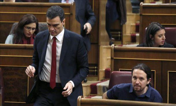 El secretario general del PSOE, Pedro Sánchez (i) pasa junto al líder de Podemos, Pablo Iglesias (d), durante la sesión constitutiva de la Cámara. Efe