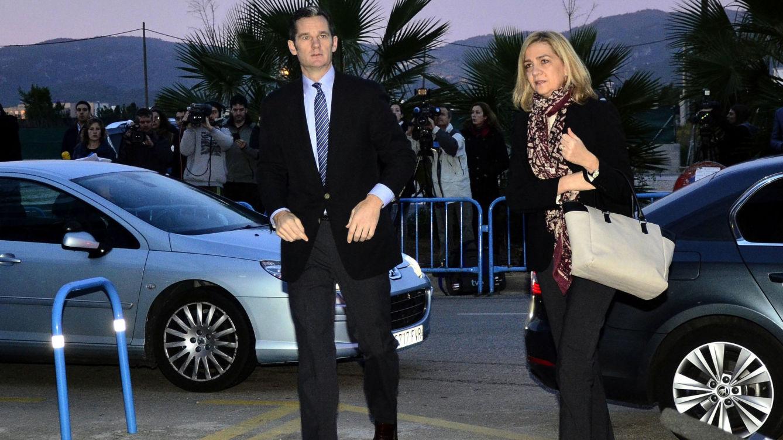 La infanta Cristina (d) y su marido, Iñaki Urdangarin (i), comparecen como acusados en Palma por la mafia del Nóos. lasvocesdelpueblo