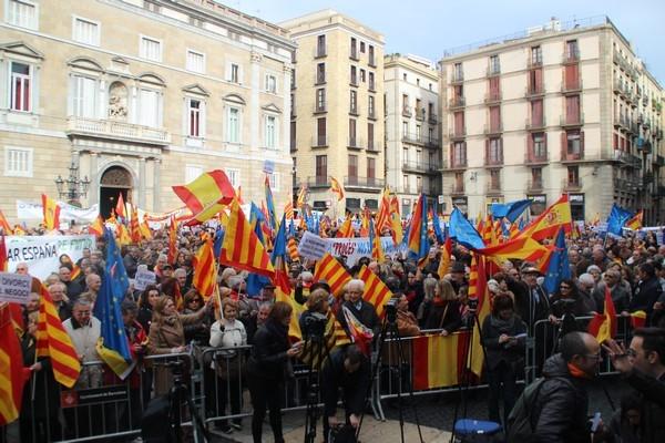 15 mil catalanes inundan Pl. San Jaime con un mar de banderas de España y sin himno español