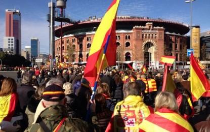 """Más de un millar de catalanes reivindica """"Cataluña es España"""" en Plaza de España (Cataluña)"""