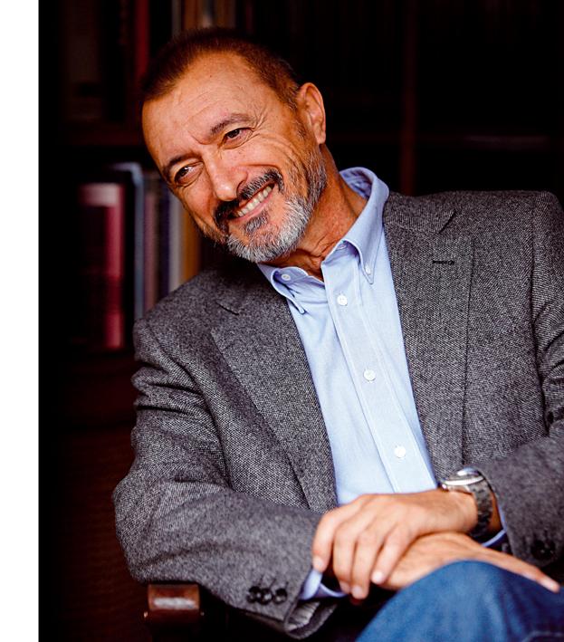 El español Arturo Pérez-Reverte figura entre los candidatos a los premios de la Crítica