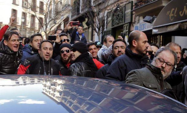 Policías municipales de Madrid insultan al concejal de Podemos y golpean su coche tras una protesta
