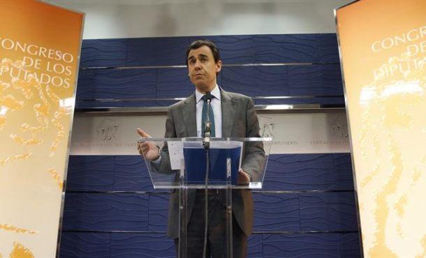 """El PP ve un """"brindis al sol"""" el pacto que hace a Ciudadanos (C's) """"costaleros"""" de Pedro Sánchez"""
