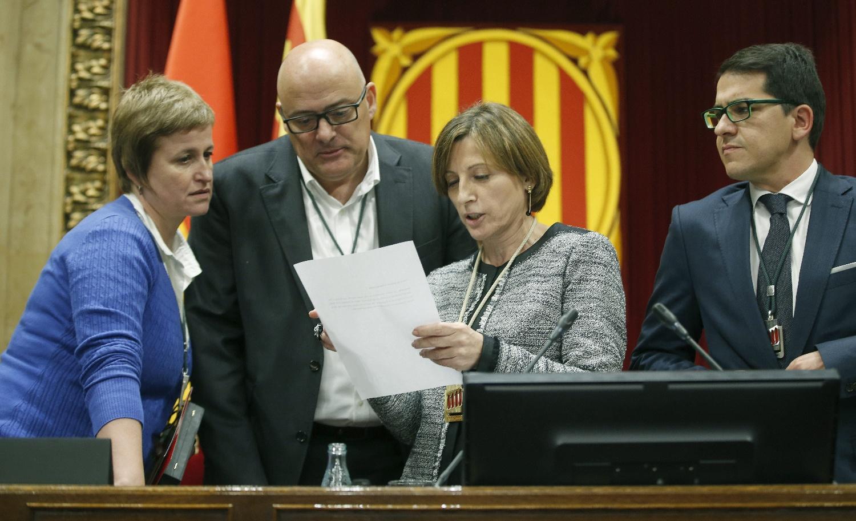 Parlamento autonómico español en Cataluña, Carme Forcadell (JxSí) (2d), junto los secretaria de la Mesa, Anna Simó de JxSí (i), el vicepresidente primero, Lluís Corominas de JxSí (2i), y el vicepresidente segundo, José María Espejo-Saavedra de Ciutadans (d), durante la sesión constitutiva del nuevo Parlamento autonómico de Cataluña con mayoría absoluta separatista catalanista, surgido tras las elecciones autonómicas con el carácter plebiscitario del 27S 2015 catalán. Archivo Efe.