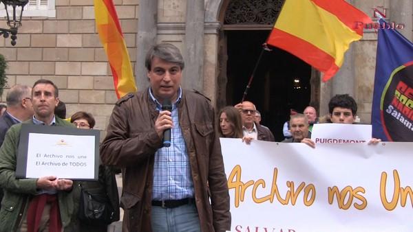 """Catalanes: """"Puigdemont, el archivo de Salamanca es de todos; Soy español, devuelve nuestra historia"""""""