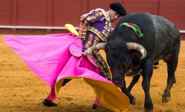 Rafaelillo corta la última oreja a una endeble corrida de Miura de la feria de Abril de Sevilla