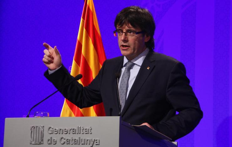 """Puigdemont dice por carta a funcionarios que """"Cataluña está en transición por un estado propio"""""""