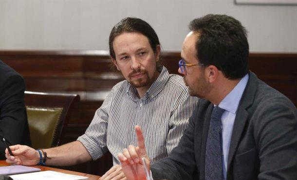 El líder de Podemos, Pablo Iglesias (i), y el portavoz socialista Antonio Hernando (d), durante la reunión que PSOE, Podemos y Ciudadanos mantienen hoy en el Congreso de los Diputados para explorar la posibilidad de negociar un acuerdo de gobierno. Efe.