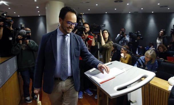 El portavoz parlamentario del PSOE, Antonio Hernando, momentos antes del inicio de la rueda de prensa. Efe.