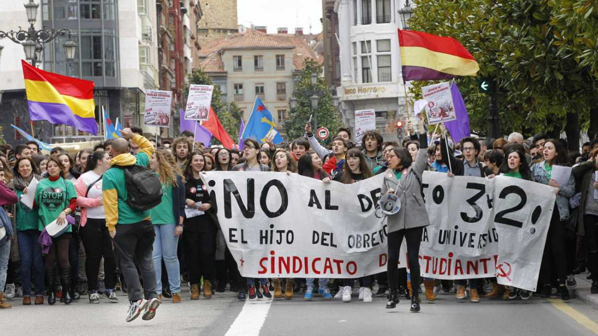 Extremistas podemitas con banderas republicanos lideran la huelga de estudiantes con la Lomce