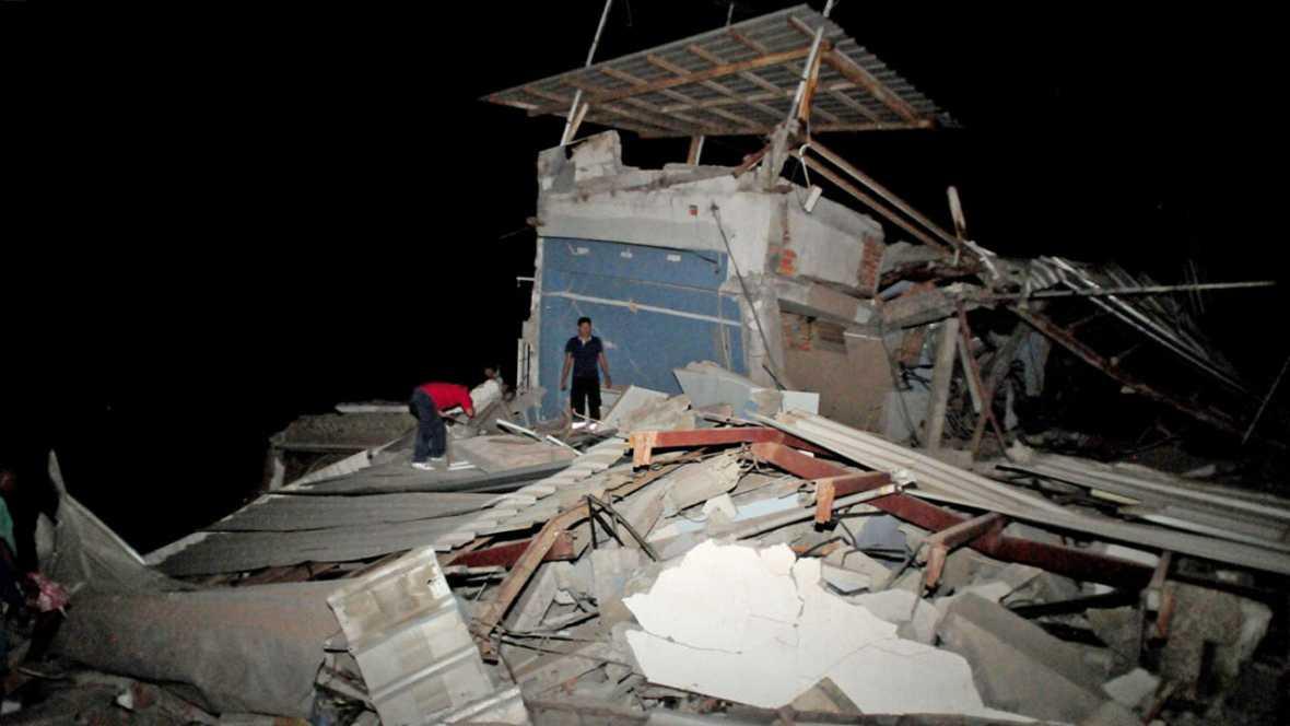 Vídeo: Al menos 77 muertos y 588 heridos por el terremoto que azotó el norte costera de Ecuador