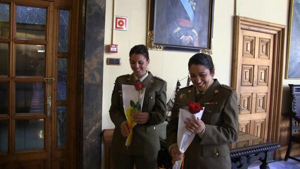 Centenares de catalanes regalan una rosa al Ejército en Barcelona el Día de 'San Jorge' en Cataluña
