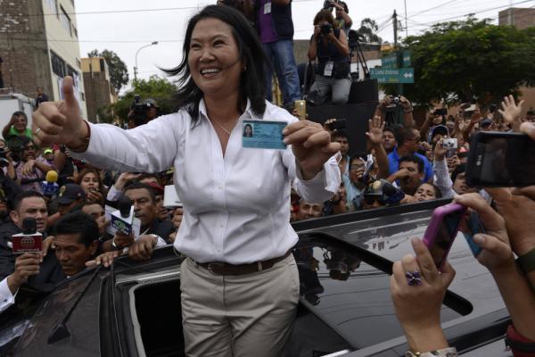 Keiko Fujimori gana las elecciones en Perú según sondeos al pie de urnas