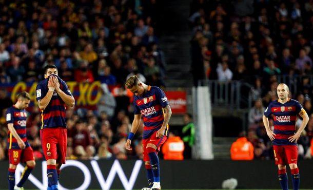 Los jugadores del FC Barcelona, Luis Suárez (2i) Neymar da Silva (c) y Andrés Iniesta se lamentan después del segundo gol del Valencia durante el partido de la trigésimo tercera jornada de la Liga de Primera División que se jugó en el Campo Nuevo. EFE