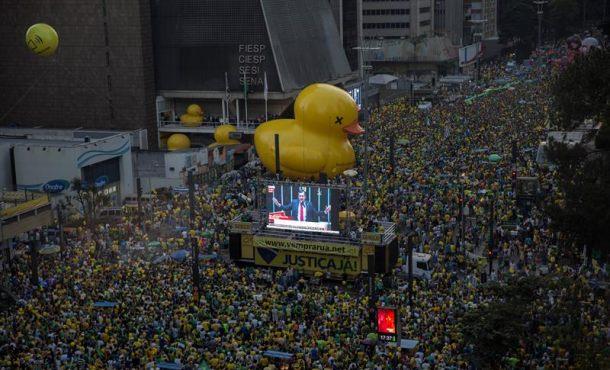 Una multitud estalla en gritos de alegría ante la confirmación de la derrota de Dilma Rousseff