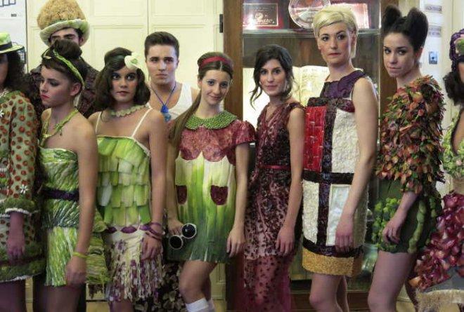 Los trajes hechos con verduras homenajean al genio Alexander McQueen en Calahorra (La Rioja)