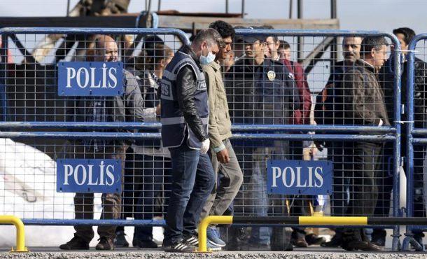 La Unión Europea deporta a Turquía a los primeros refugiados rechazados en Grecia