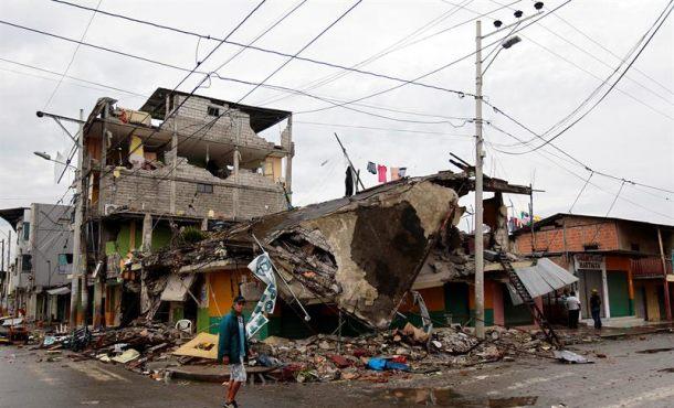 Sube a 272 muertos y 2.068 heridos la cifra por el terremoto que asoló Ecuador el sábado