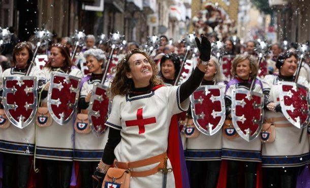 La escuadra cristiana 'Los Vascos' hace historia en los Moros y Cristianos de Alcoy (Alicante)