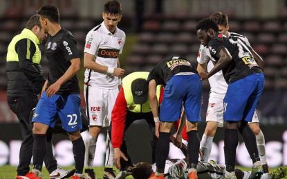 El fútbol se viste de negro: Muere otro futbolista tras desplomarse en campo ¿Por qué mueren?