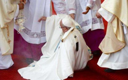 (Vídeo). El papa Francisco sufre una caída durante la misa en Czestochowa (Polonia)