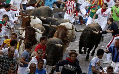 Último encierro de San Fermín 2016 con los Miura, accidentado por las caídas de los toros