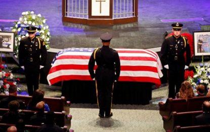 Miles de personas asisten en Dallas a los funerales de 3 de los policías muertos