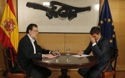 Albert Rivera se tapa la cara y llora ante un Mariano Rajoy patriarca que se frota las manos