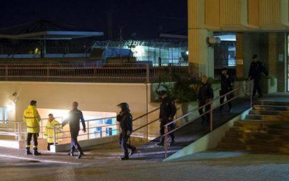 Heridos 3 agentes de la Policía Nacional en un motín del CIE de Murcia, 15 inmigrantes fugados