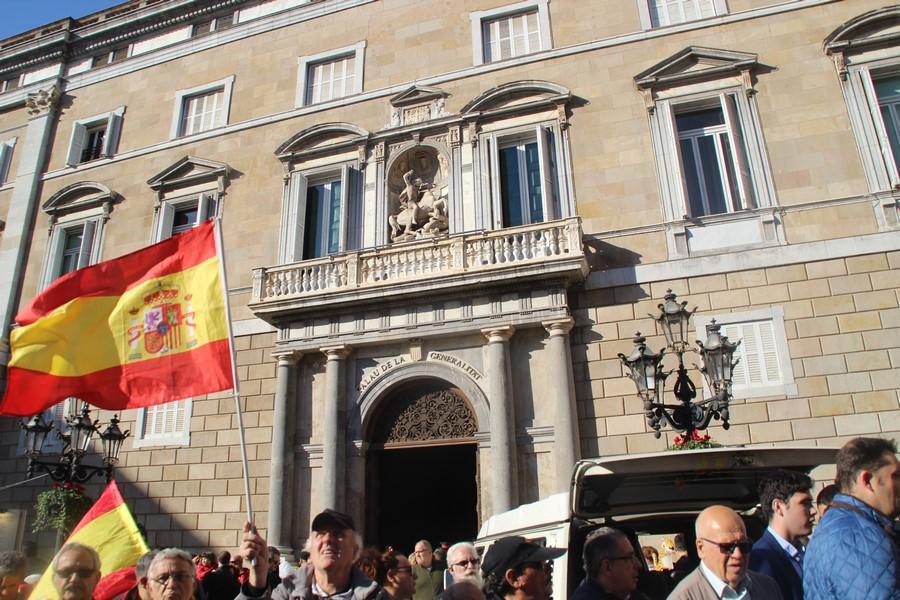 """Los catalanes piden la """"dimisión"""" de Puigdemont y """"no acataremos Leyes"""" separatistas"""
