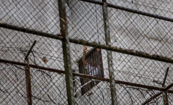 El dirigente político de oposición Leopoldo Lopez se asomaba por una ventana de su celda, en la Prisión Militar de Ramo Verde, en Venezuela, en una imagen tomada en 2014. Archivo Efe.