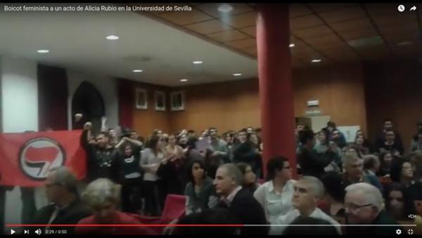(Vídeo) Feministas izquierdistas violentos boicotean un acto de Alicia Rubio (VOX) sobre Ideologia Género