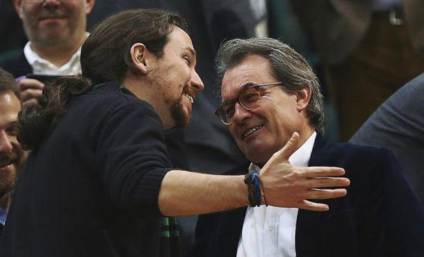 Pablo Iglesias parece muy amigo de Artur Mas pese al expolio del 3 y 4% de CDC en Cataluña