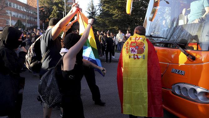 Tensión en la Universidad Complutense de Madrid. Un a persona resiste con la bandera de España junto al Bús de Hazte Oír . brutal agresión de ultraviolentos de Izquierdas. Lasvocesdelpueblo.